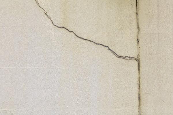 壁にヒビが入っているイメージ