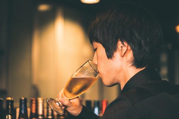 お酒を飲む